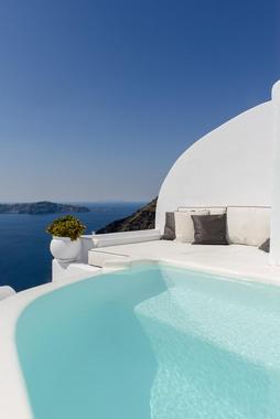 Santorini-dana-villas-suite-lune-de-miel-grece-7.jpg?u=https%3A%2F%2Fwww.themilliardaire.com%2Fwp-content%2Fuploads%2F2018%2F09%2FSantorini-dana-villas-suite-lune-de-miel-grece-7