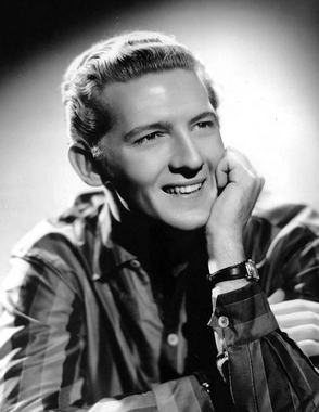 [Jeu] Association d'images Jerry_Lee_Lewis_1950s_publicity_photo_cropped_retouched.jpg?u=https%3A%2F%2Fupload.wikimedia.org%2Fwikipedia%2Fcommons%2Fe%2Fef%2FJerry_Lee_Lewis_1950s_publicity_photo_cropped_retouched