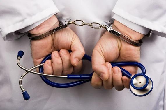 Un médecin en uniforme, tenant un stéthoscope et une ...