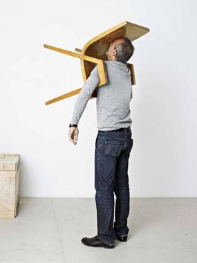 Erwin Wurm: One Minute Sculpture e l'assurdo nella ...
