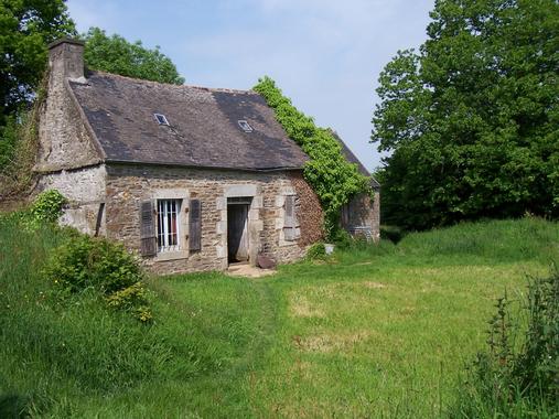 Belle-isle-en-terre - ancienne maison dans la campagne ...