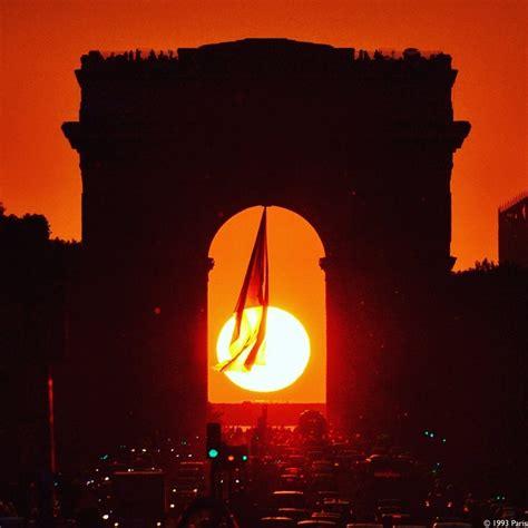 Tous les ans, aux alentours du 10 mai, le soleil se couche ...